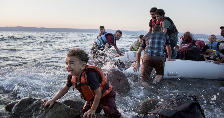 Një vogëlush sirian zbarkon i sigurt në ishullin grek të Lesbosit