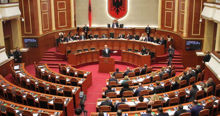Fotografi ilustruese, Kryeministri, Edi Rama, duke folur gjate nje seance, ku duken vendet e opozitës bosh, dhjetor 2018