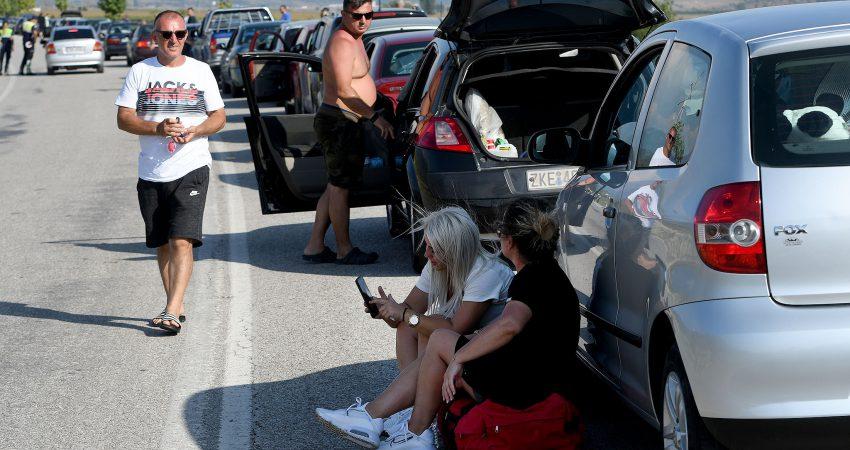 """Radhe kilometrike makinash e pasagjeresh ne piken kufitare te Kakavijes, te cilet prej tre ditesh jane bllokuar ne rruge ne pritje per te bere tamponin e koronavirusit, COVID-19, per te kaluar drejt territorit grek.Gazeta """"Si"""" 18 gusht 2020"""