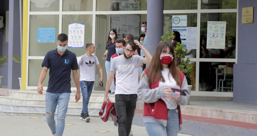 """Fotografi ilustruese: Maturantet e gjimnazit Ismail Qemali me maska mbrojtese duke dale nga shkolla pas provimit te trete te matures shteterore,, Gazeta """"Si"""" 21 gusht 2020"""