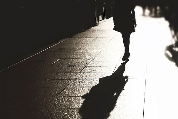 grua qe ecen e vetme ne rruge, frike, prostitucion, varferi